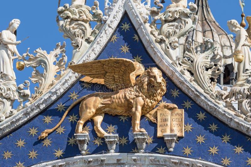 Vista del primo piano della statua alata del leone Simbolo di Venezia immagini stock