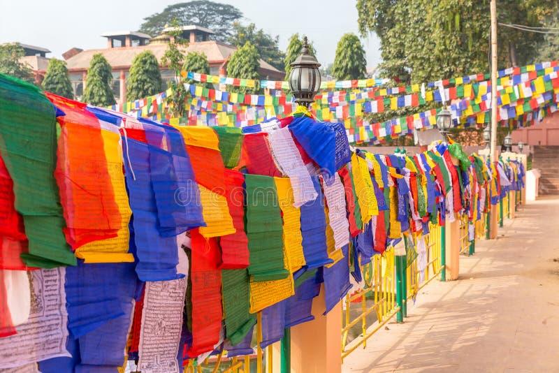 Vista del primo piano delle bandiere di preghiera in Bodhgaya, il Bihar, India immagini stock libere da diritti