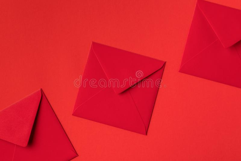vista del primo piano delle buste rosse festive decorative immagini stock libere da diritti