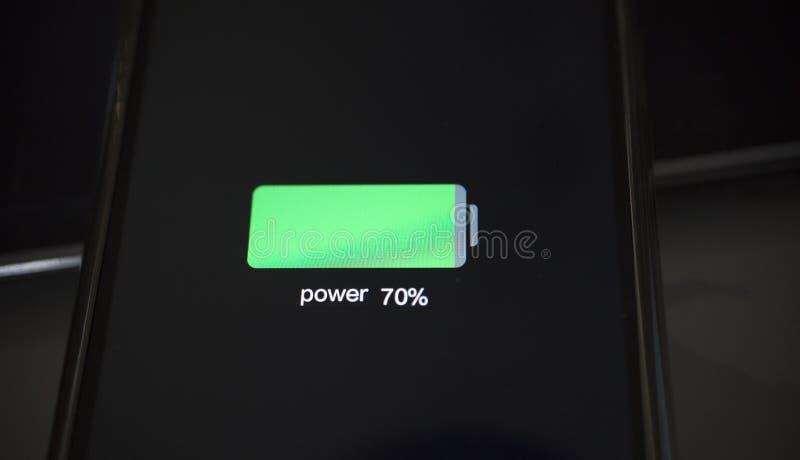 Vista del primo piano dello smartphone che carica il basso livello della batteria immagini stock