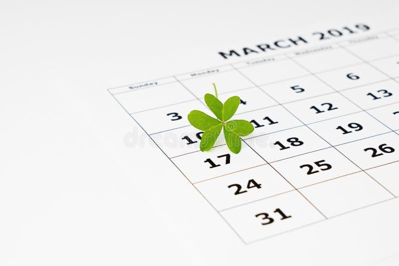 Vista del primo piano dello strato di carta del calendario con data il 17 marzo selezionato immagine stock