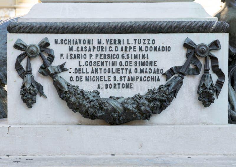 Vista del primo piano del dettaglio dal lato della statua di Sigismondo Castromediano in Lecce, Italia fotografia stock libera da diritti