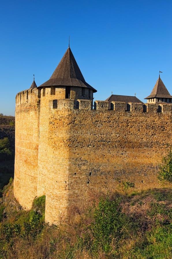 Vista del primo piano di alta parete di pietra con una torre del castello medievale di Khotyn Vista del paesaggio di autunno Khot fotografia stock