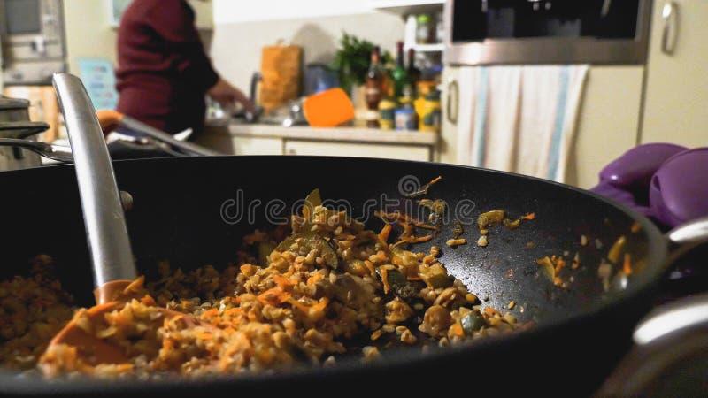 Vista del primo piano di buckweat cucinato in pentola sopra la cucina immagine stock