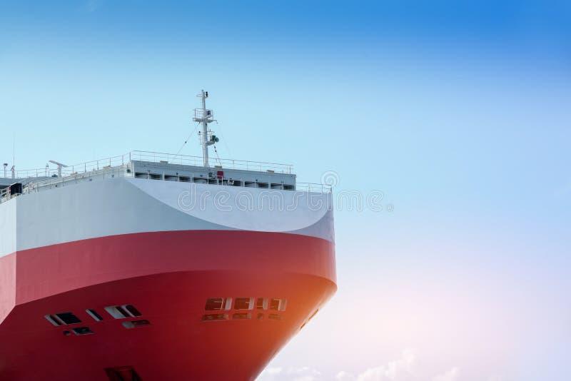 Vista del primo piano di Front Ship o in avanti sul fondo del cielo blu immagine stock libera da diritti