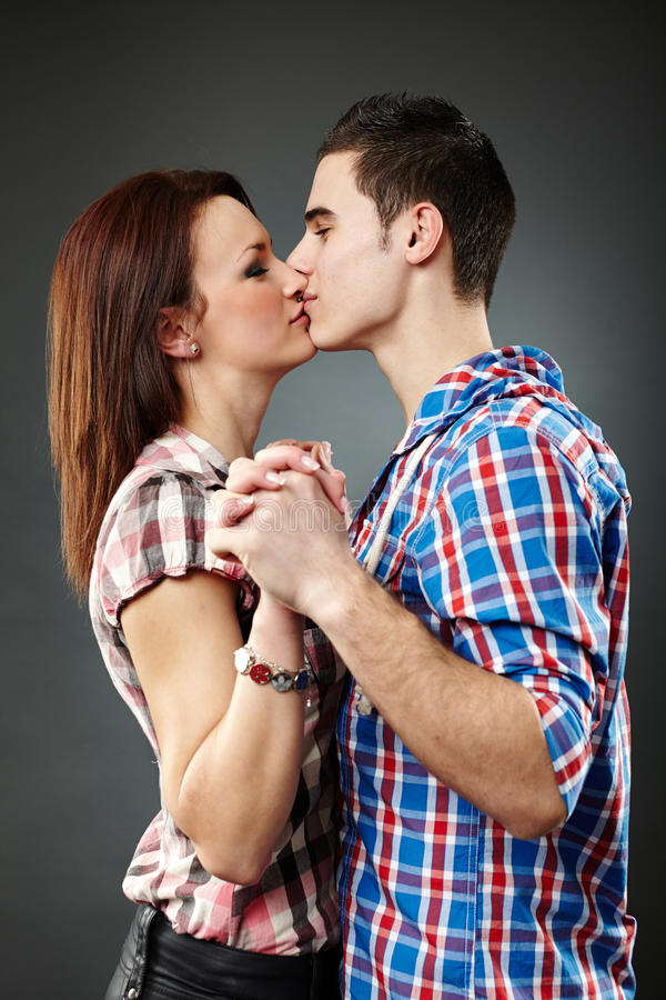 Vista del primo piano di giovane baciare delle coppie immagini stock libere da diritti