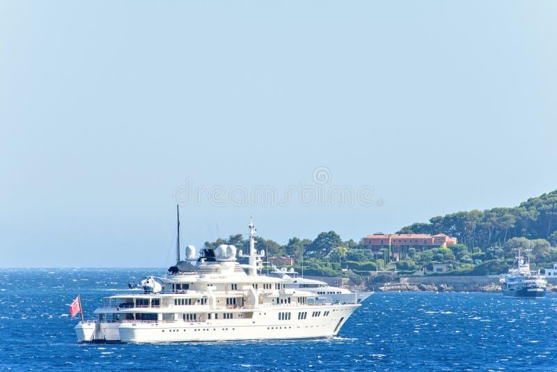 Vista del primo piano di luce del giorno agli yacht bianchi con l'elicottero a bordo fotografia stock libera da diritti