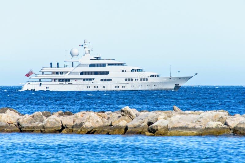 Vista del primo piano di luce del giorno all'yacht bianco che gira sull'acqua e sullo spli fotografie stock libere da diritti