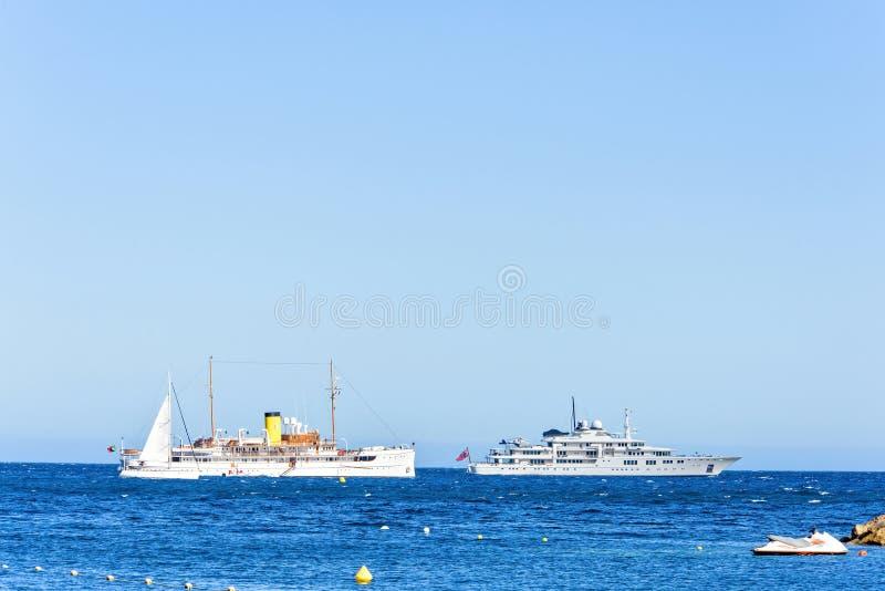 Vista del primo piano di luce del giorno all'yacht ed alla nave da crociera bianchi o girante fotografia stock libera da diritti