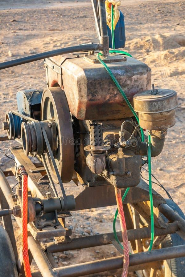Vista del primo piano di un motore per una pompa per acqua di pompaggio nel Sudan fotografie stock