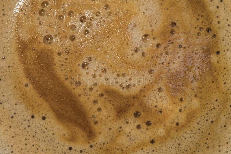 Vista del primo piano di una tazza appena fatta del caffè caldo di Americano visto in una tazza ceramica immagini stock libere da diritti