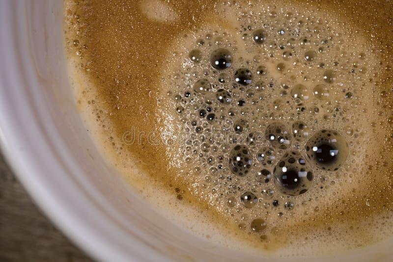 Vista del primo piano di una tazza appena fatta del caffè caldo di Americano visto in una tazza ceramica fotografie stock libere da diritti