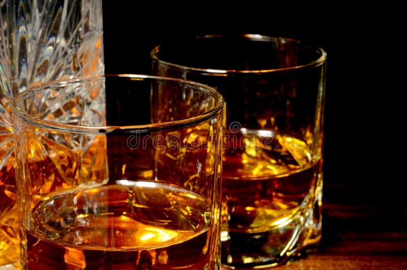 Vista del primo piano di whiskey su una tavola fotografia stock