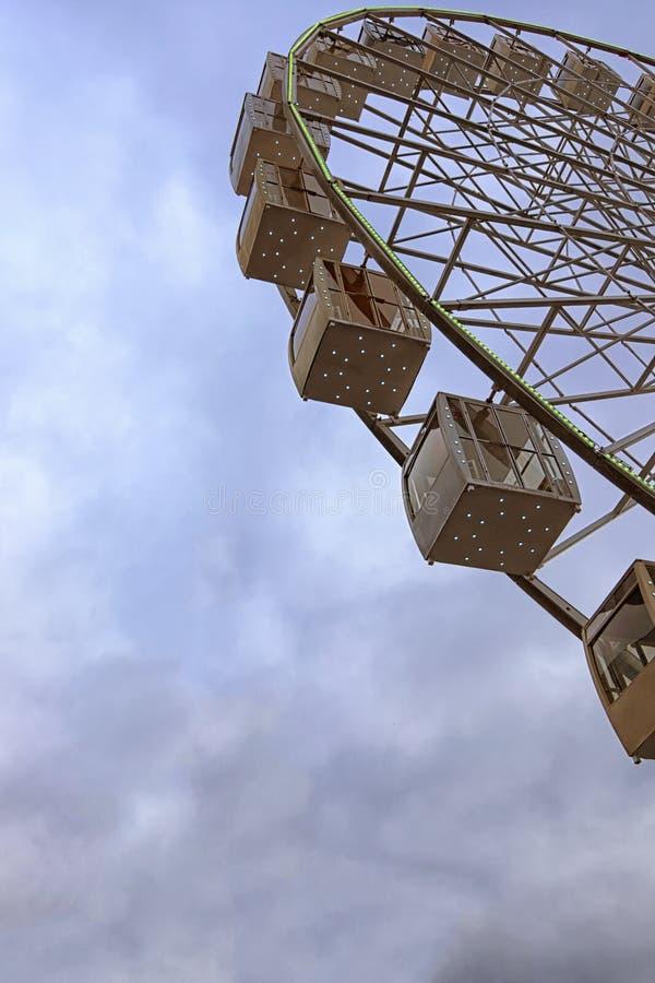 Vista del primo piano del frammento di una ruota panoramica e delle nuvole tristi tempestose e del cielo Tempo piovoso in primave fotografie stock libere da diritti
