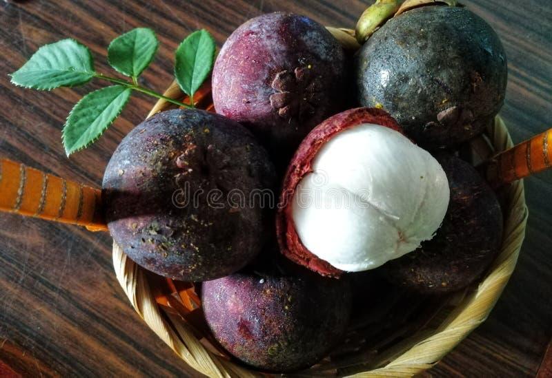 Vista del primo piano del mangostano, frutti famosi in Malesia fotografia stock