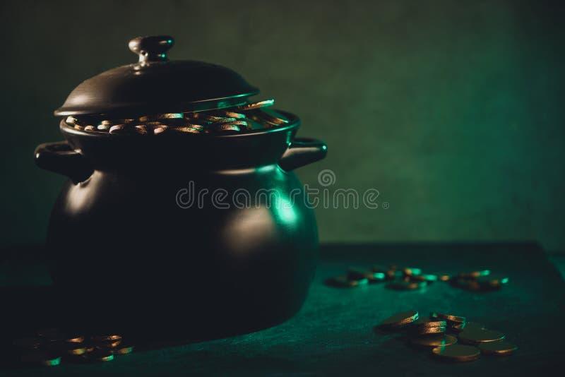vista del primo piano del vaso in pieno delle monete dorate, patricks del san royalty illustrazione gratis
