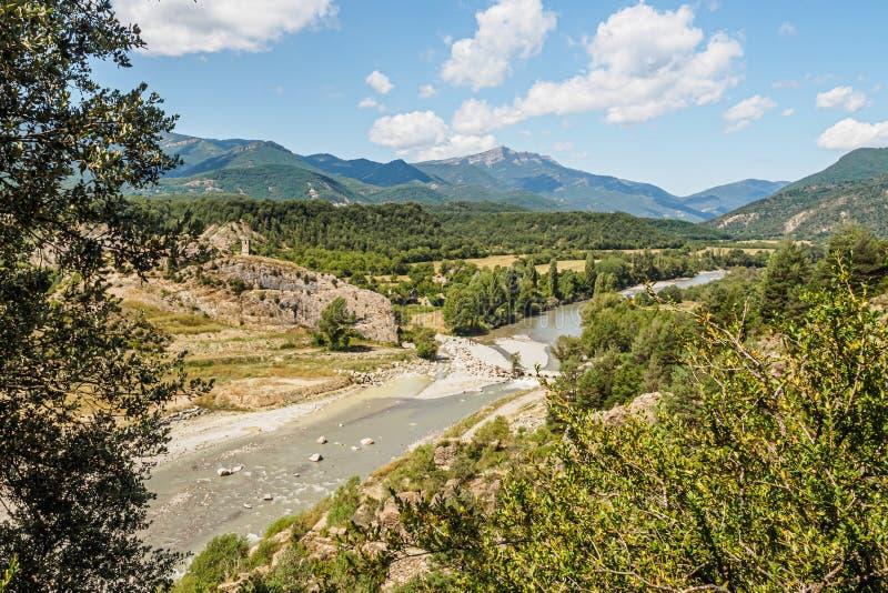 Vista del pueblo abandonado de Janovas y del río del Ara en los Pirineos imágenes de archivo libres de regalías