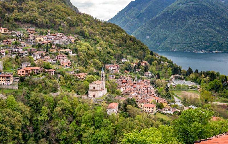 Vista del pueblo de Loggio del pueblo de Castello Valsolda, situada en la provincia de Lugano del lago de Como fotografía de archivo libre de regalías