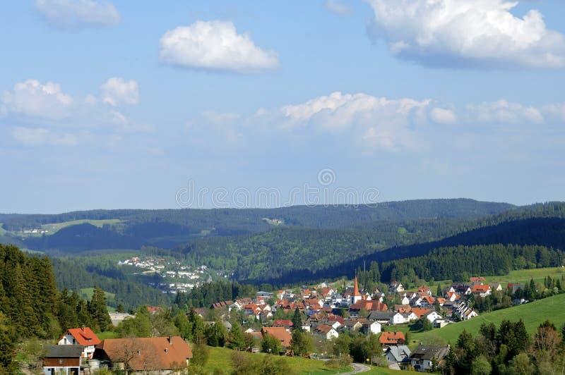 Vista del pueblo de montaña de Schonach en bosque negro foto de archivo