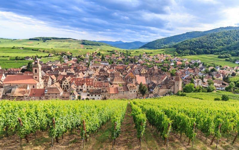 Vista del pueblo de Riquewihr en Alsacia fotos de archivo libres de regalías