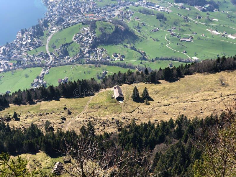 Vista del pueblo de Weggis en la orilla del lago Alfalfa Vierwaldstätersee debajo de la montaña de Rigi fotografía de archivo