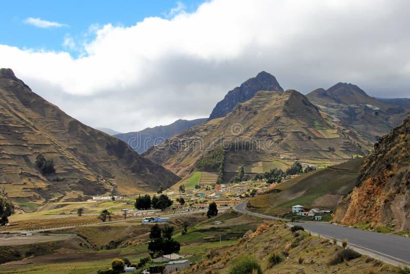 Vista del pueblo de Zumbahua con las altas montañas en el fondo, Ecuador imagen de archivo libre de regalías