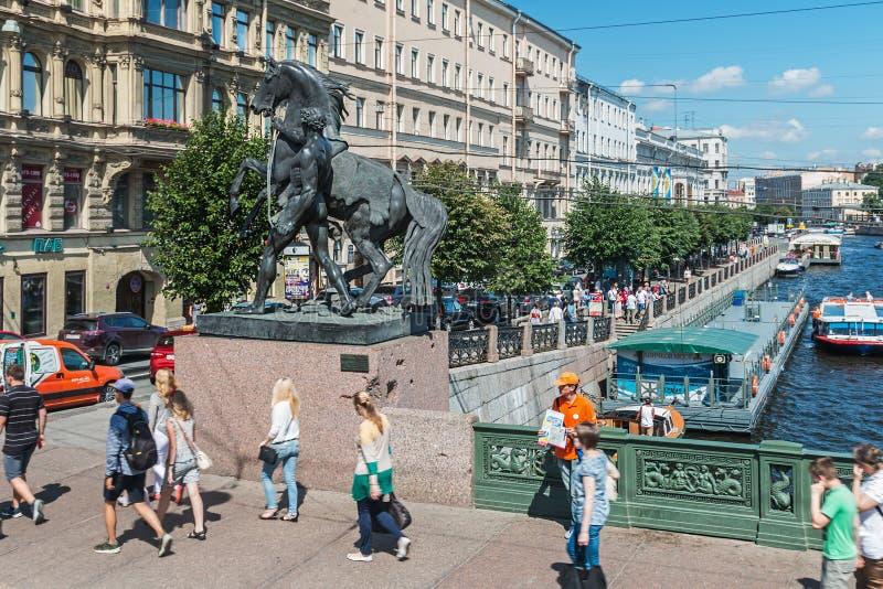 Vista del puente Anichkov imagenes de archivo