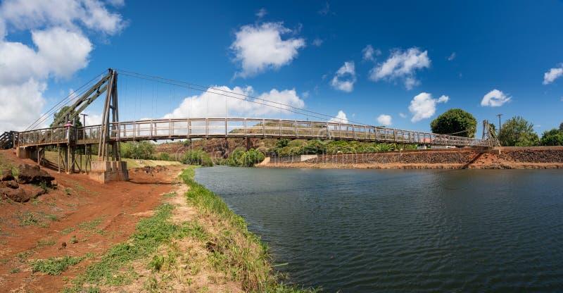 Vista del puente de balanceo famoso en Hanapepe Kauai foto de archivo