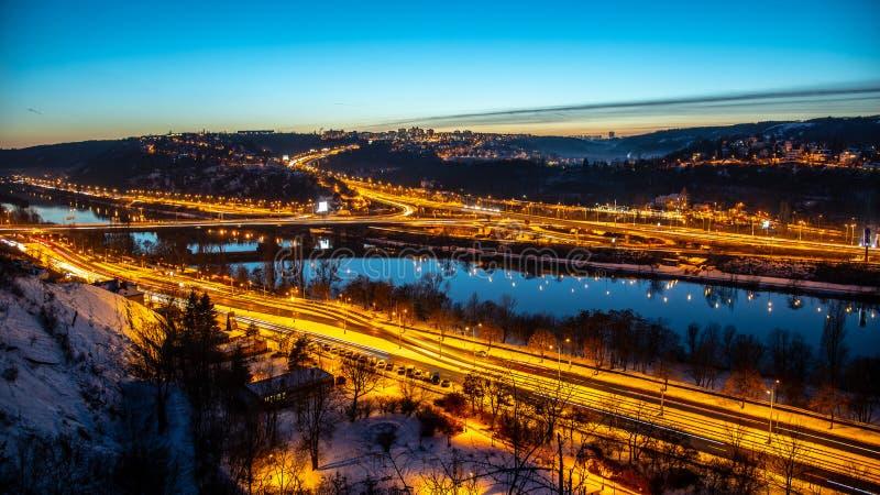 Vista del puente de Barrandov sobre el río de Moldava en Branik, Praga, República Checa Caminos iluminados por la tarde fría del  foto de archivo
