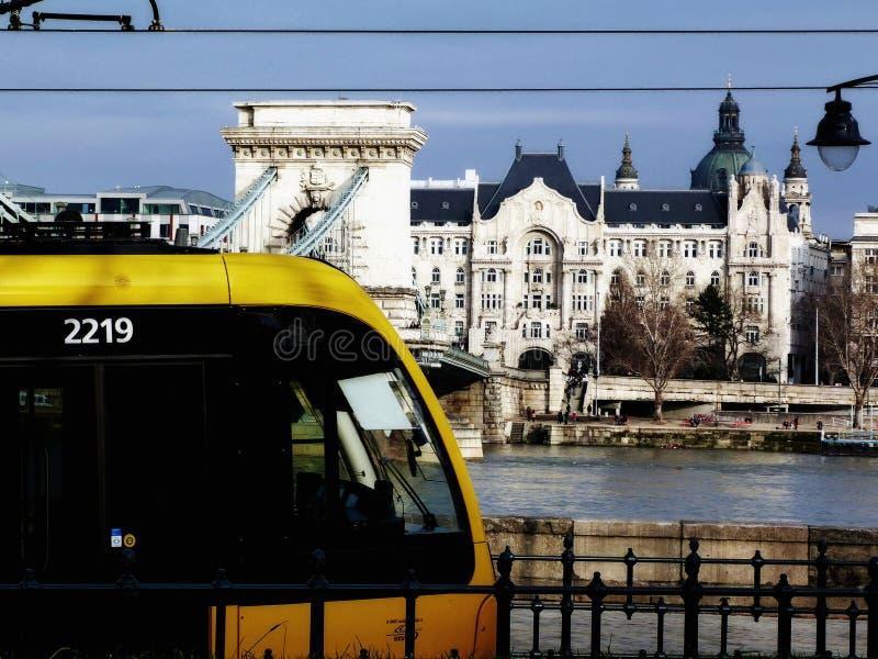 Vista del puente de cadena de Budapest con la tranvía amarilla fotos de archivo