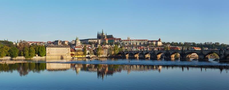 Vista del puente de Charles sobre el río y Gradchany (Praga C de Moldava imagen de archivo libre de regalías