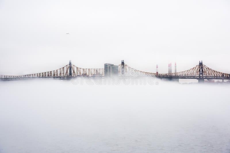 Vista del puente de Ed Koch Queensboro durante un día de la niebla fotografía de archivo libre de regalías