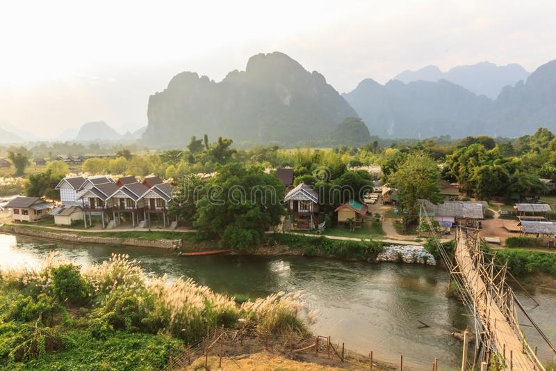 Vista del puente de madera sobre la canción del río, vieng de Vang, Laos. imagen de archivo libre de regalías