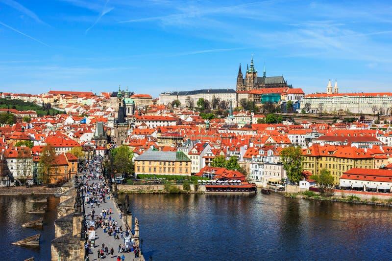 Vista del puente de Mala Strana, de Charles y del castillo de Praga de viejo imágenes de archivo libres de regalías