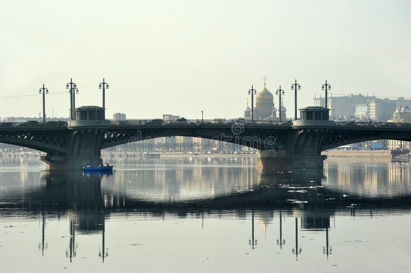 Vista del puente de Neva y de Blagoveshchensky fotos de archivo