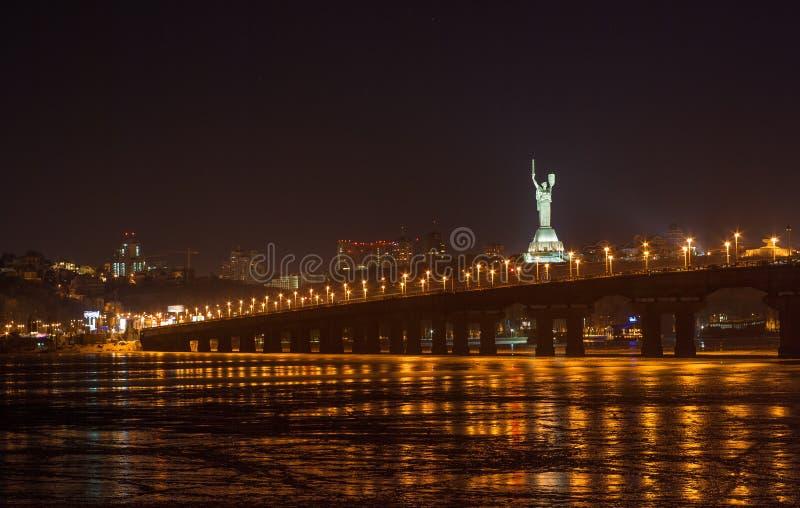 Vista del puente de Paton de la margen izquierda de Dnieper. Kiev, Ukrain imágenes de archivo libres de regalías
