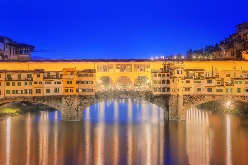 Vista del puente de piedra medieval Ponte Vecchio y Arno River, Florencia fotos de archivo