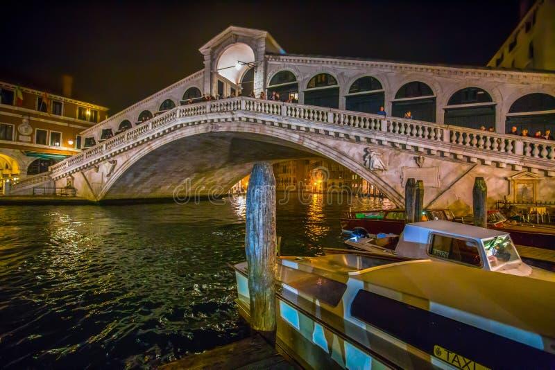 Vista del puente de Rialto de Venecia Venezia por la noche, Italia fotos de archivo