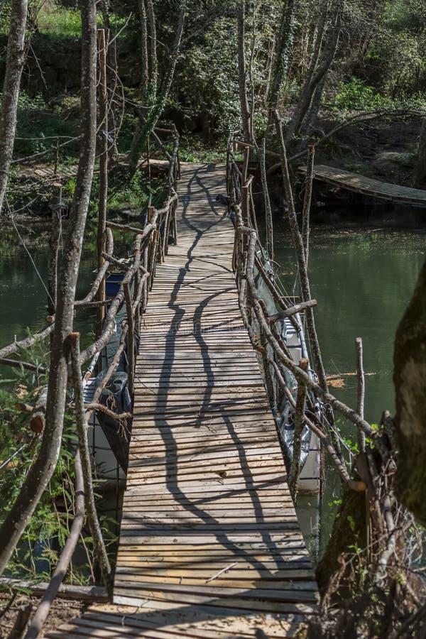 Vista del puente ecológico, hecha con los materiales reciclados, en ruta peatonal en el río de Dão imágenes de archivo libres de regalías