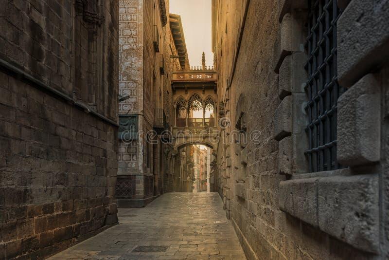 Vista del puente entre los edificios en el cuarto de Barri Gotic de Barcelona, España imagenes de archivo