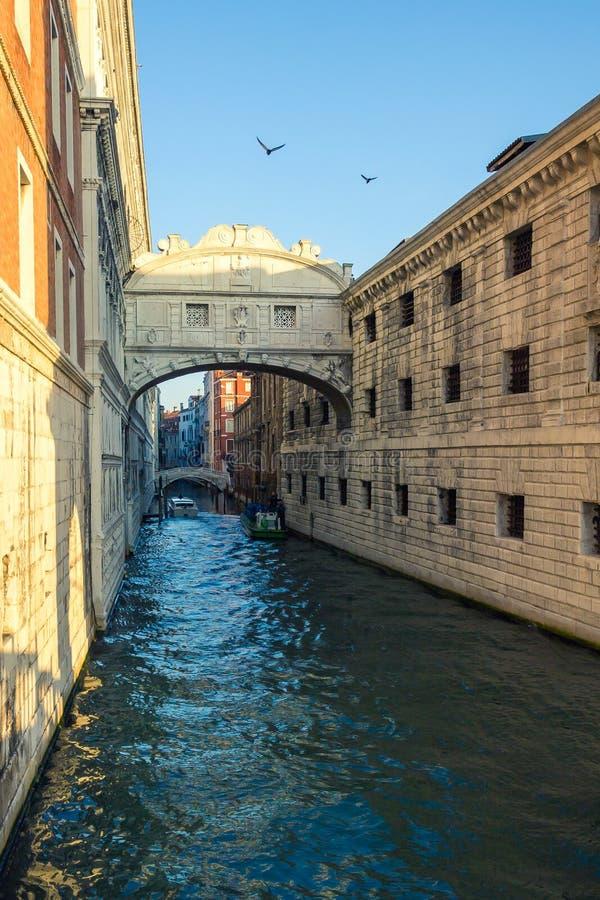 Vista del puente famoso de suspiros en Venecia, Italia fotografía de archivo