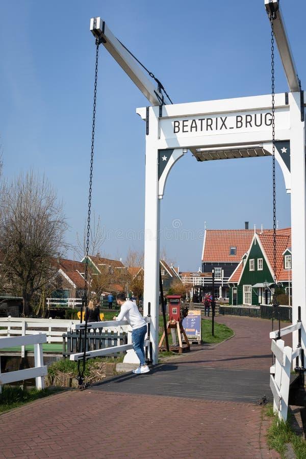 Vista del puente levadizo de Beatrix en el pueblo pintoresco de Marken en Waterland, Países Bajos imágenes de archivo libres de regalías
