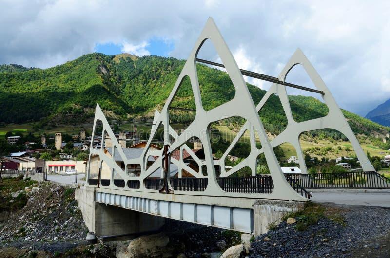 Vista del puente moderno futurista de Mestia, Svaneti superior, Georgia imagenes de archivo
