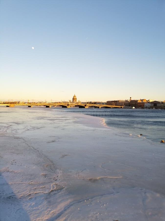 Vista del puente sobre el río fotos de archivo libres de regalías