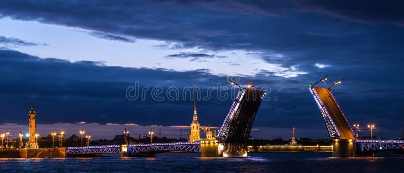 Vista del puente y Peter y Paul Fortress, Neva River, St Petersburg, Rusia del palacio fotografía de archivo