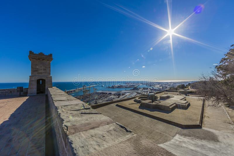 Vista del puerto de Barcelona España del castillo de Montjuic foto de archivo libre de regalías