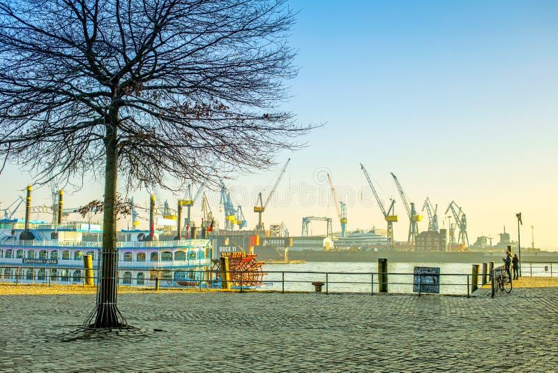 Vista del puerto de Hamburgo fotografía de archivo