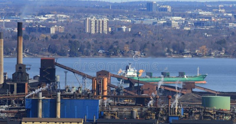 Vista del puerto de Hamilton de la escarpa de Niágara con el lago f foto de archivo