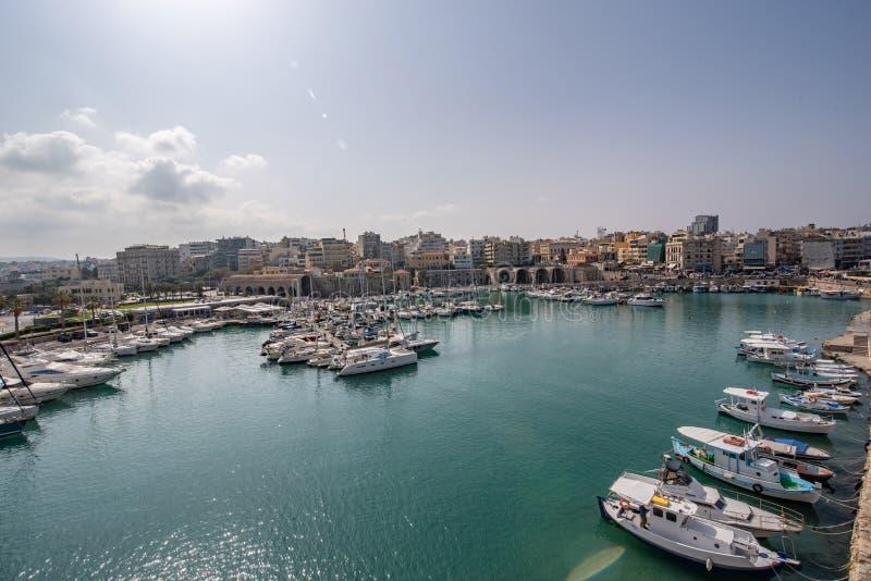 Vista del puerto de Heraklion del fuerte veneciano viejo Koule, Cret fotografía de archivo libre de regalías