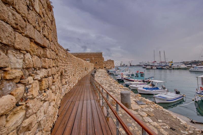 Vista del puerto de Heraklion del fuerte veneciano viejo Koule, Cret foto de archivo